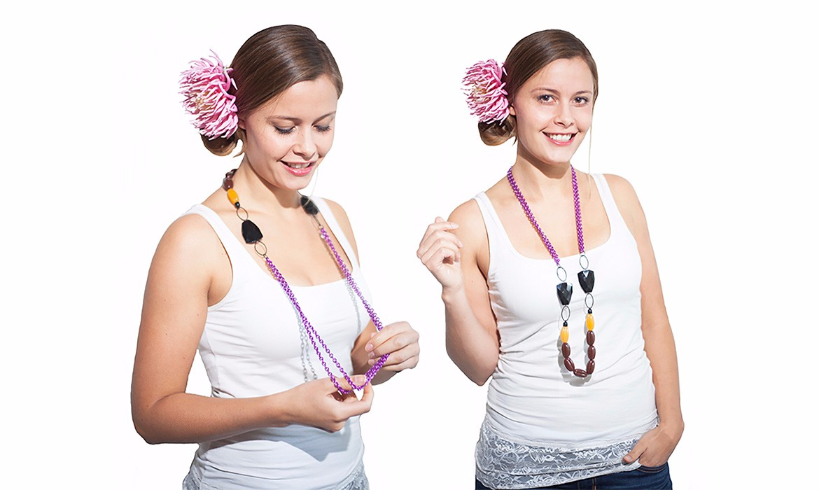 statement_necklace_reversible_model-wp